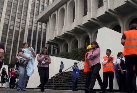 Declaran alerta roja tras sismo en Guatemala