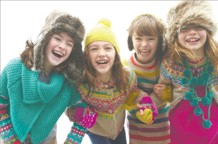 Niños combaten el frío con estilo