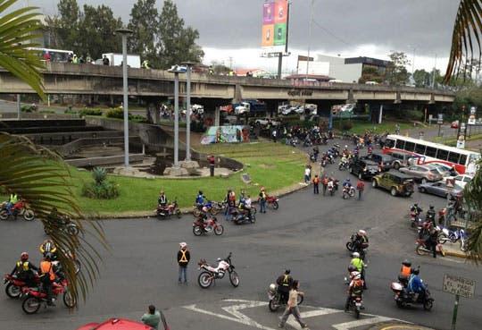 Manifestación de motociclistas provoca cierre de avenida 7