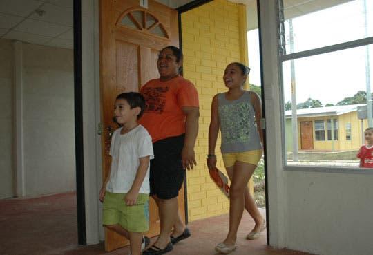 Banhvi llega a 300 mil bonos de vivienda entregados
