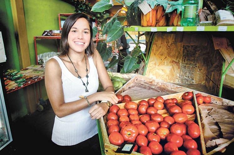 Verduras, frutas y pesticidas en la mesa