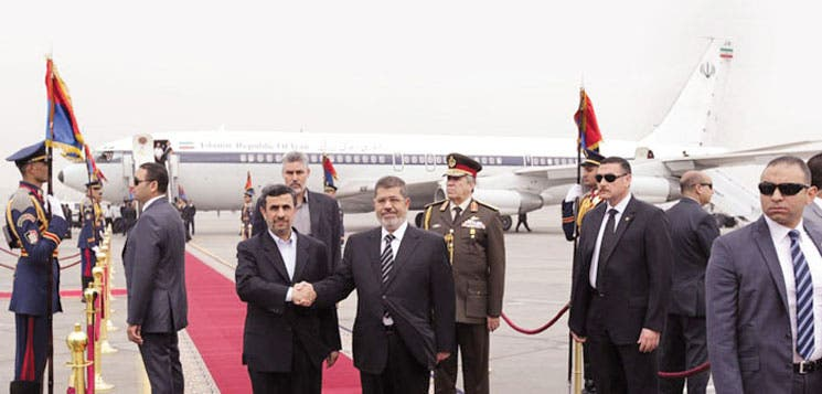 Ahmadineyad tiende mano a Egipto