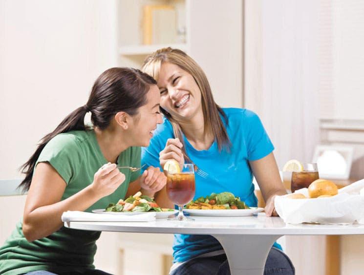 Comer en compañía le ayuda a mantener su peso