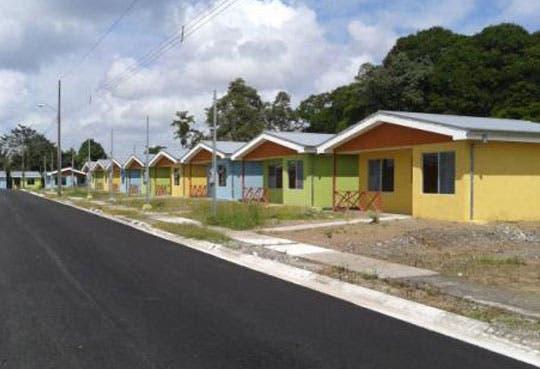 Entregan nuevas viviendas en Limón