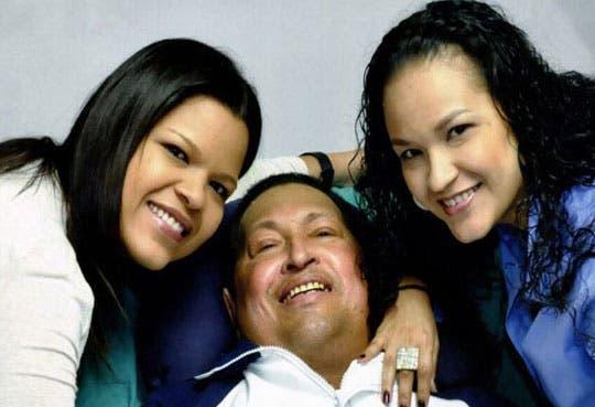 Reaparece Chávez en fotografías