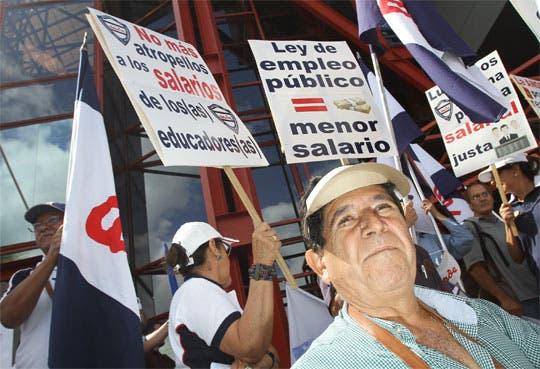Protestan por salarios públicos