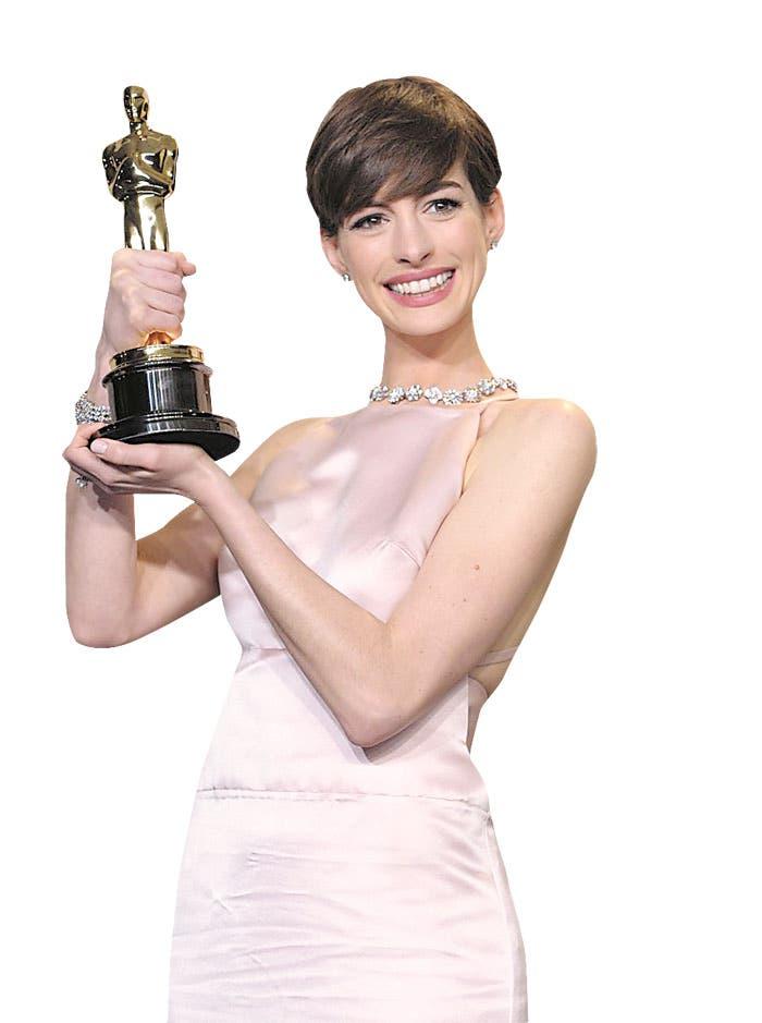 Hathaway se disculpa por cambio de vestido en los Óscar
