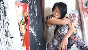 Manos femeninas dan vida al arte