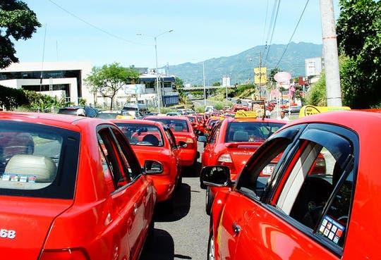 Taxistas aplican tortuguismo en carreteras