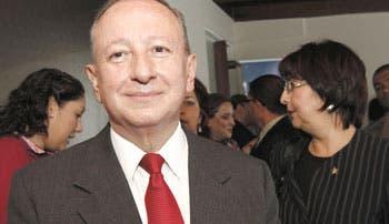 Precandidatos toman distancia de Calderón