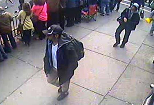 FBI muestra fotos de sospechosos de explosiones en Boston