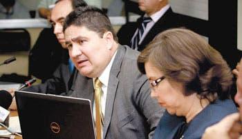 Oposición exige renuncia de Castro