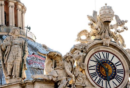 Hombre protesta en la cúpula del Vaticano