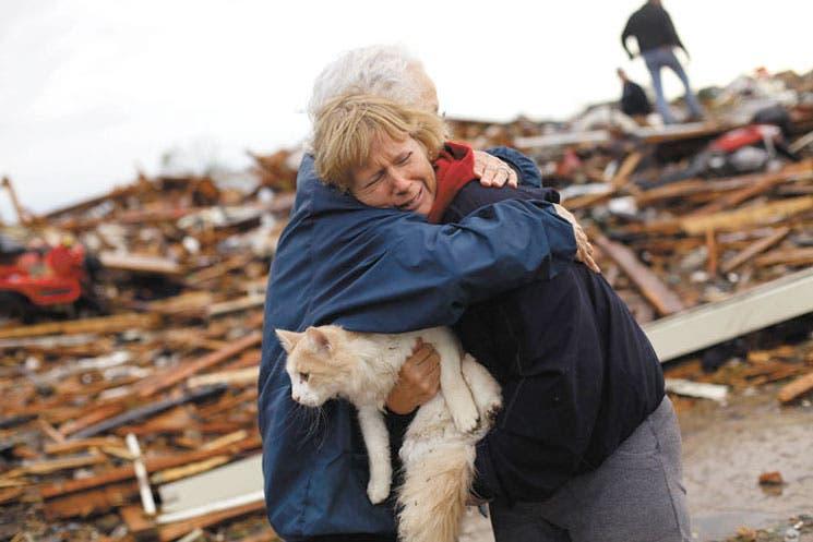 Entre escombros rastrean sobrevivientes