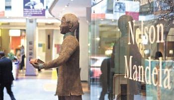Gravedad de Mandela reúne a su familia