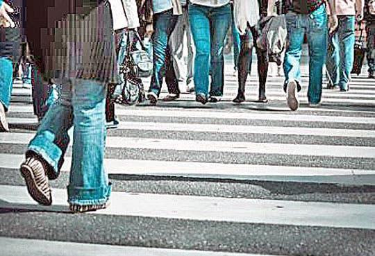 Policía de tránsito multa peatones