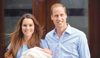 Duques de Cambridge presentan a su hijo
