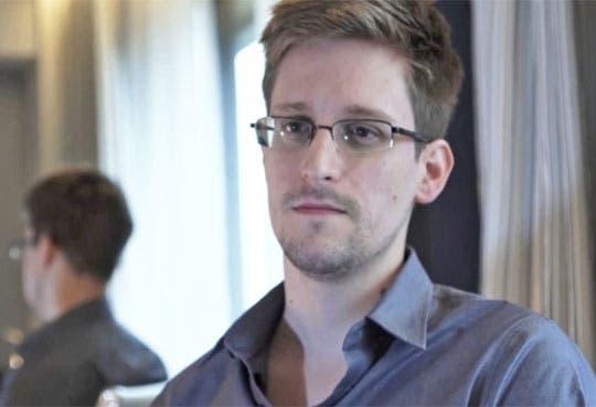 Padre de Snowden viajará a Moscú