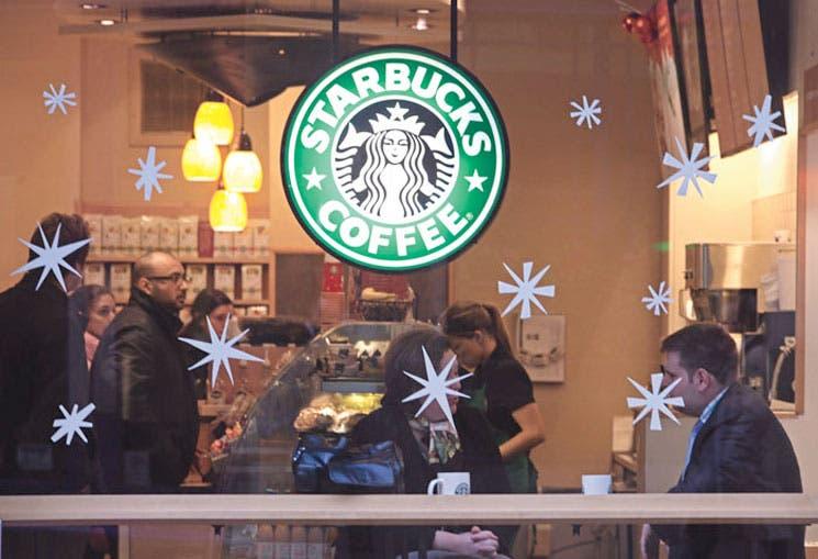 Con efectivo, y Starbucks se endeuda
