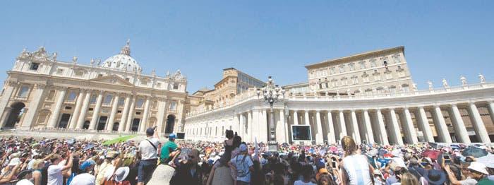 Papa toma medidas contra blanqueo de dinero