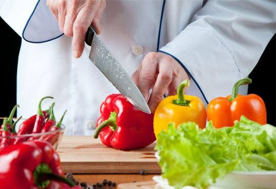 Chef profesional le enseña a cocinar