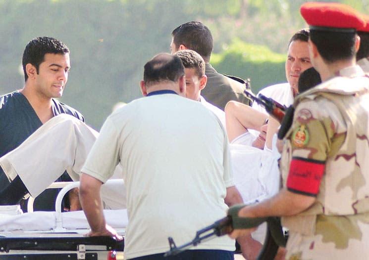 Mubarak salió de la cárcel tras embrollo judicial