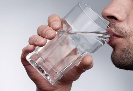 Estudio científico demuestra que tomar agua adelgaza
