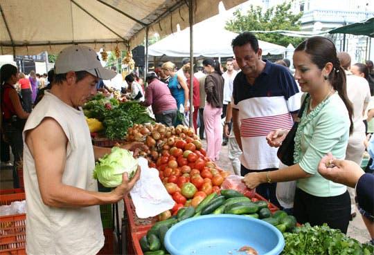 Feria agrícola en el MAG