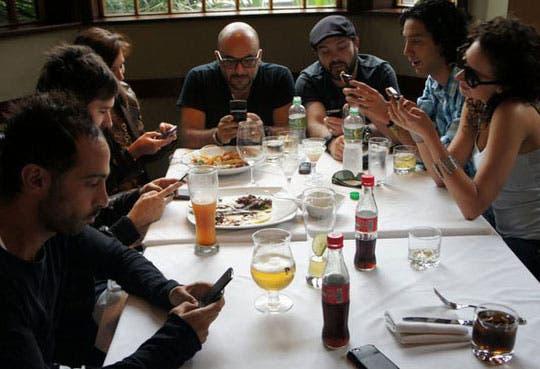 201309041220561.celulares-en-restaurantes.jpg