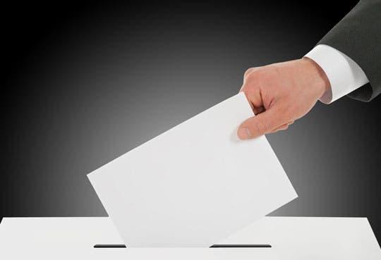 Polos opuestos debatieron por voto joven