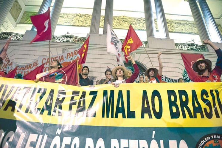 Brasileños contra subasta de petrolero
