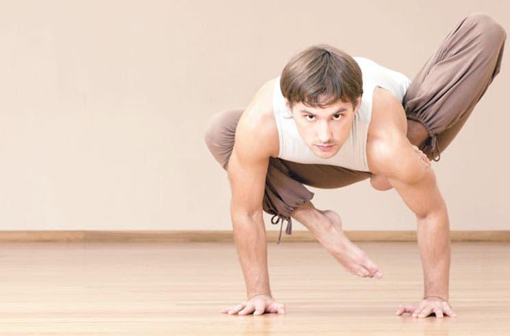 ¡Hombre, aventúrense en el yoga!
