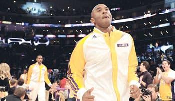 Kobe volvió al campo
