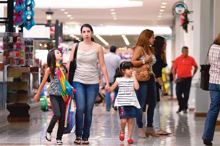 Ticos abarrotan centros comerciales