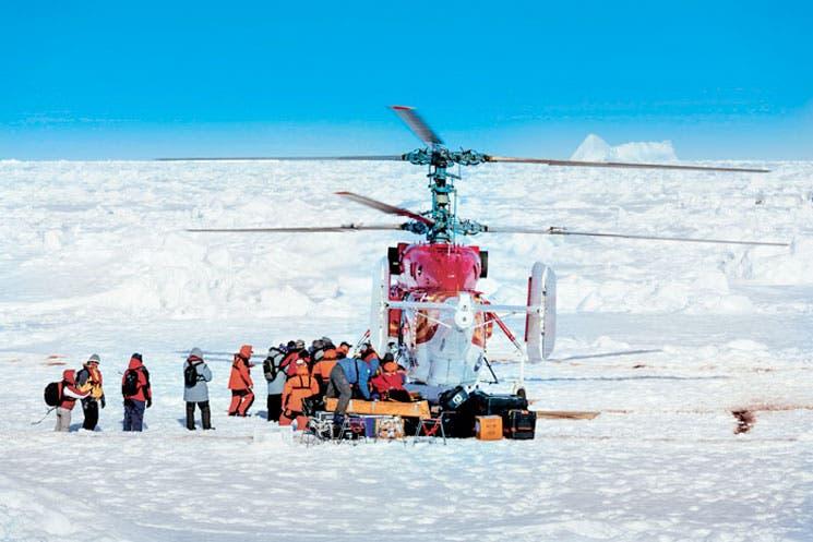 Rescatan a pasajeros de buque atrapado en la Antártida