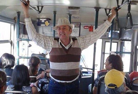 Ottón Solís pide votos en buses