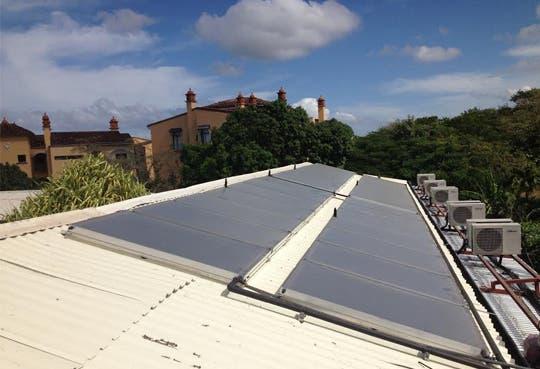 Hotel usa paneles solares para energía