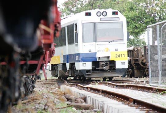 Reabren paso tras choque con tren