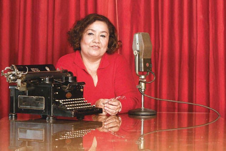Homenaje a columnista de La República