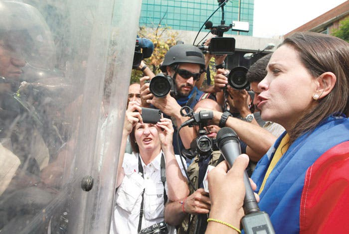 Impiden a Machado acceso al Parlamento venezolano