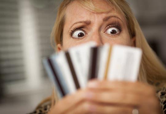 Ticos deben al mes ¢4 mil millones en tarjetas de crédito