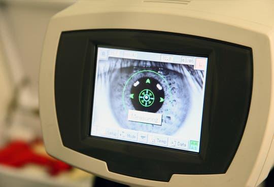 ¢121 millones para equipo oftalmológico de asegurados
