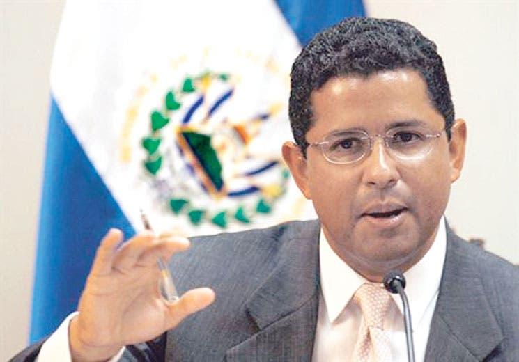 Acusan a expresidente salvadoreño de corrupción