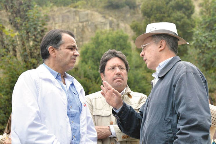 Fiscalía llama a expresidente Uribe por denuncias de campaña