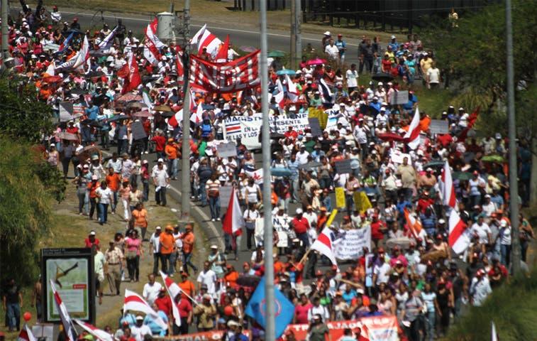 Maestros bloquean salida e ingreso a San José
