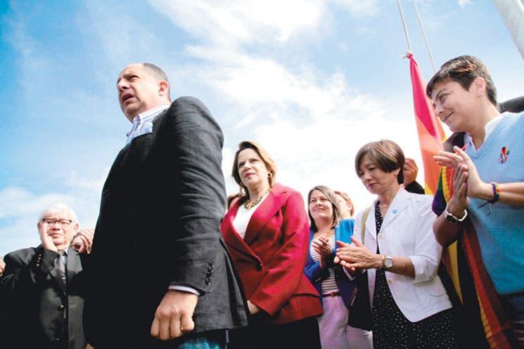 Solís abraza la diversidad y enmienda error de diputados
