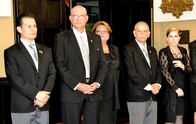 """PAC coloca """"amigos"""" en comisión de control político"""