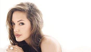 Angelina Jolie condecorada por Isabel II