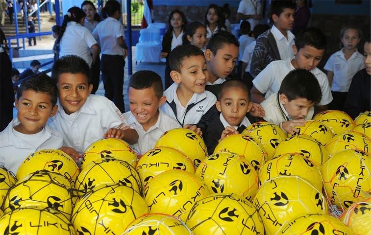 Entregan balones de fútbol a escuelas con riesgo social