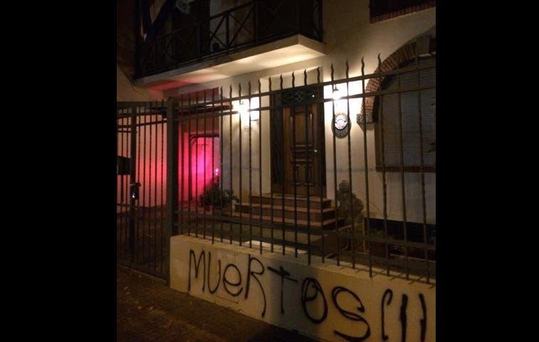 Vandalismo arremetió contra embajada tica en Uruguay